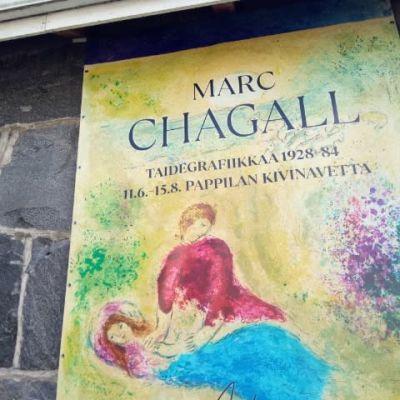Marc Chagallin taidegrafiikkaa Sastamalassa -juliste näyttelypaikan seinässä