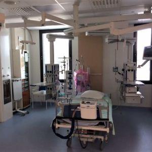Tyhjä yhden hengen potilashuone Kymenlaakson keskussairaalan uuden laajennusosan teho- ja valvontayksikön uusissa tiloissa.