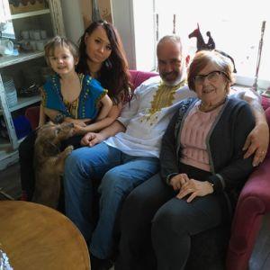 Jaakko Nuutila yhdessä äitinsä Tytin, tyttärensä VIlman ja tyttärenpoikansa Benjaminin sekä äidin koiran Freddyn kanssa pääsiäisen vietossa Saukkolassa v. 2018.