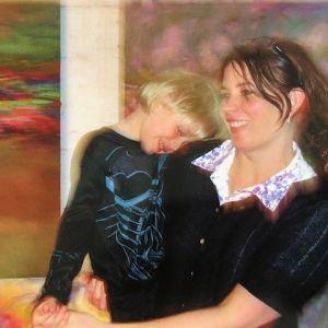 Nanna Susi sylissään Raffaello-poika.