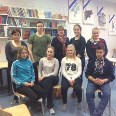 Elever och lärare från högstadiet i Närpes och Ilmola