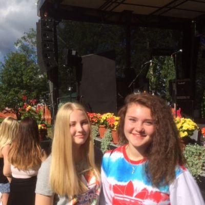 Ria Reponen ja Iida Kallioniemi odottivat lavalle JVG-yhtyettä.