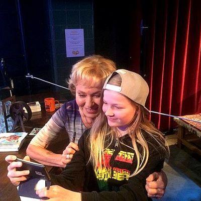 Inga Sulin ja tamperelainen fani Johanna ottavat selfietä Uusi Päivä-studion lavasteissa.