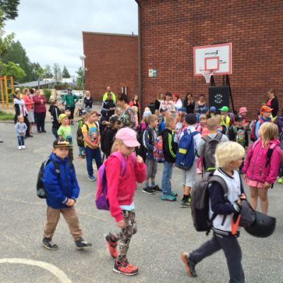 Koululaisia Otsonkoulun pihalla