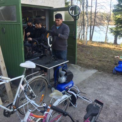 Vastaanottokeskuksia pyörittävä Luona onkin perustanut Espoon Siikajärvelle pyöräpajan, jossa turvapaikanhakijat huoltavat lahjoituspyöriä ajokuntoon.