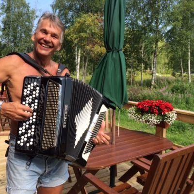 Pekka Räty Enon Paukkajalla kesäteatterinsa terassilla kesällä 2014