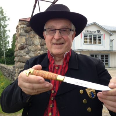 Jyrki Lahti esittelee aitoa kauhavalaista puukkoa.