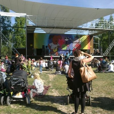 lokki-lava ja yleisöä Pori Jazz Kids festivaaleilla.
