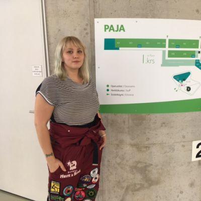 Opiskelija Annika Leppänen seisoo Kasarminmäen kampuksen Paja-kahvilassa Kouvolassa