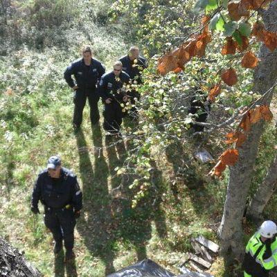 Poliiseja puusta kuvattuna Hanhikiven ydinvoimalatyömaalla Pyhäjoella