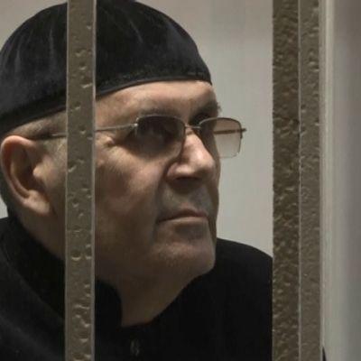 Vangittu ihmisoikeusaktivisti Ojub Titijev häkissä.