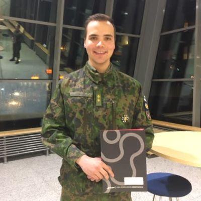 Lähiesimiehen opintoja suorittanut upseerikokelas Roope Ruohonen