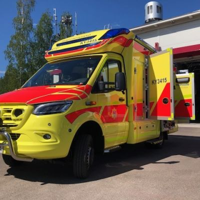 Kymenlaakson pelastuslaitoksen uusi pelastusauto Miehikkälän paloaseman pihalla