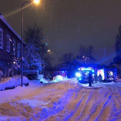 Pelastuslaitoksen yksiköitä Käpylän työväentalolla.