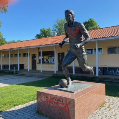 Jari Litmasen patsas Lahden Kisapuistossa on töhritty