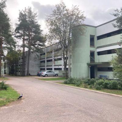 1960-luvulla rakennettu asuinkerrostalo Kymenlaakson keskussairaalan vieressä Kotkassa.