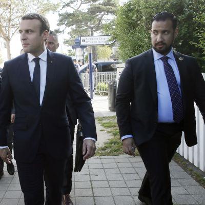 Emmanuel Macron med Alexandre Benalla inför den andra omgången i det franska valet 2017.