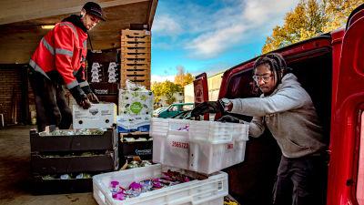 Nico Mattsson och Amal Magaw lastar skåpbilen med matvaror