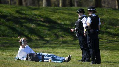 Den brittiska regeringen hotade att skärpa utegångsreglerna om folk inte iakttar större försiktighet då vädret blir varmare.