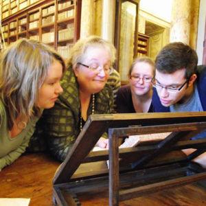 Professori Outi Merisalo Rooman Corsiniana-kirjastossa opiskelijoiden kanssa