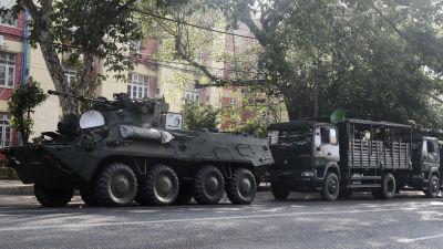 Bepansrade fordon och trupper utanför ett sjukhus i Rangoon, totograferade på måndag morgon 15.2.