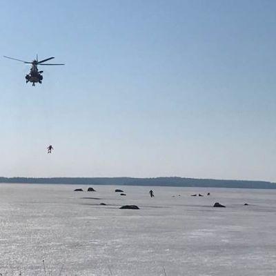 Suomenlahden merivartiosto pelasti kolme pilkkijää Pyhtään Munapirtin läheisyydestä torstaina puolen päivän jälkeen