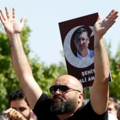 Protester mot soldater som stod åtalade i Turkiet i augusti 2017.