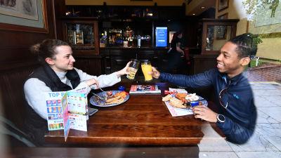 Öppningsskål på en pub i London.