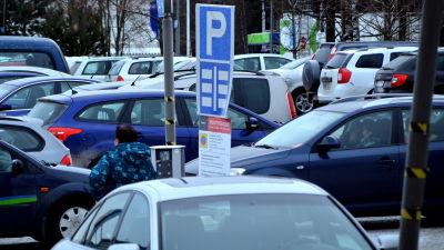 Många bilar på parkeringsplats