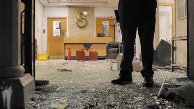 Demonstranterna krossade också flera fönsterrutor i tv-stationens huvudkontor.