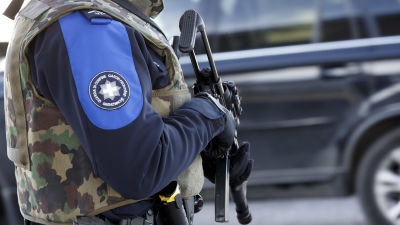 Schweizisk gränsvakt i Bardonnex nära Genève den 11 december 2015.