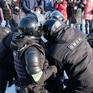 Poliser griper demonstranter i Chabarovsk.