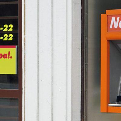 Nosto -automaatti Muurolan Sale-kaupan ulkoseinässä.