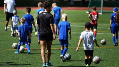 Roosa Ariyo drar fotbollsläger för juniorer i Helsingfors sommaren 2021.