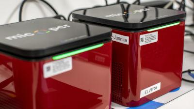 PCR-maskiner undersöker coronavirustester vid laboratorium.