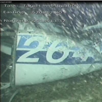 Olycksplanet av typen Piper Malibu ligger på havsbottnen i Engelska kanalen. Bilden är tagen under vatten och vrakdelarna syns dåligt genom det smutsiga vattnet.