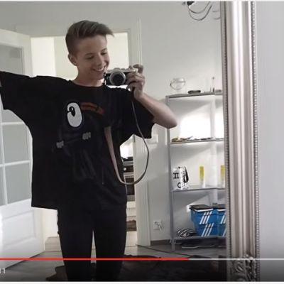 Tuure Boelius kuvaa itseään peilin kautta Youtube-videolla