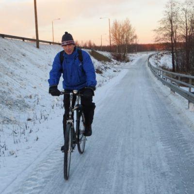 JORMA HILTUNEN, ei Hiltula, pyöräilee liukkaalla kelillä.