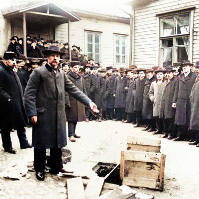 Raittiusyhdistys Koiton pihassa kaadetaan maahan väkijuomia 1905.
