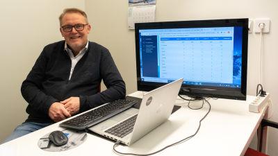 Peter Backman vid ett skrivbord.