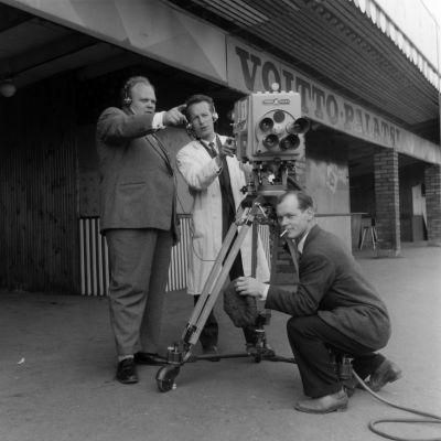 Yleisradion kameramiehet  Linnanmäellä 1958. Mieskolmikko TV-kameran ympärillä.