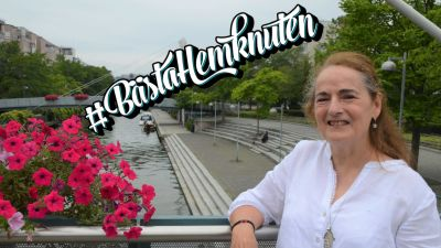 Maria Nordenswan-Holm står på en bro över Gräsvikskanalen i Helsingfors. Över bilden finns texten #bästahemknuten.