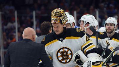New York Islanders tränare Barry Trotz och Bostons målvakt Tuukka Rask skakar hand.