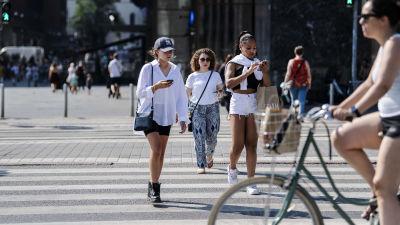 Människor går över gatan i Helsingfors.