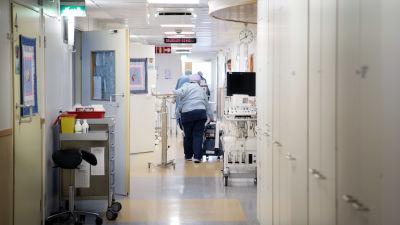 Sjukvårdare i en sjukhuskorridor.