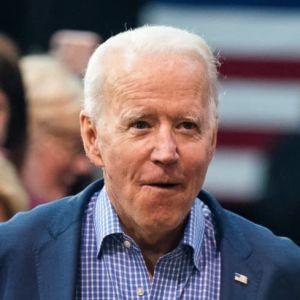 Joe Biden kävelee kannatajiensa joukossa vaalitilaisuudessa Etelä-Carolinassa.