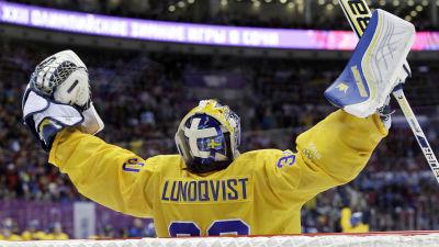 Henrik Lundqvist sträcker armarna i luften.