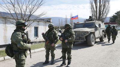 Beväpnade män i militärunirform utanför Simferopol