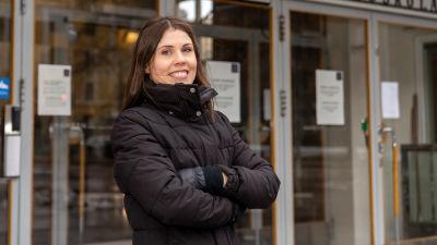 Emma Nordbäck, tutkija, Hankenin ulko-oven edessä.