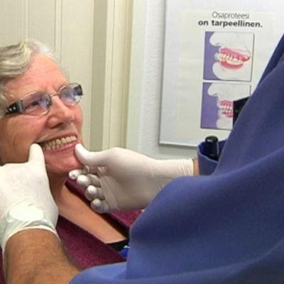 nainen erikoishammasteknikon vastaanotolla, suuta tutkitaan